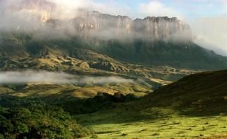 Công viên quốc gia Canaima là một khu bảo tồn sinh thái tập hợp nhiều dạng địa hình hùng vĩ và ngoạn mục. Với diện tích bằng cả nước Bỉ, nơi đây nổi tiếng với ngọn núi đỉnh bằng Kukenan.