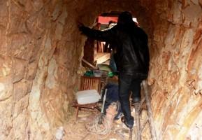 Bí thư huyện đào xuyên núi để 'làm hầm rượu'