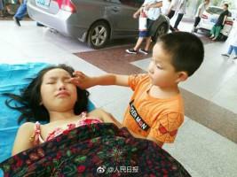Cậu bé 7 tuổi chăm sóc chị gái bị thương sau khi bố mẹ bỏ rơi.