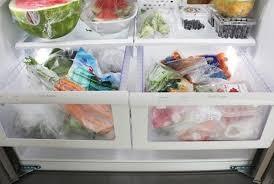 """Cho cốc nước và đồng xu vào tủ lạnh qua đêm, sáng ra cả nhà """"tròn mắt"""" xem điều lạ."""