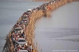 Chiếc cầu tre tấp nập xe cộ ở Campuchia.