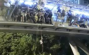 Người biểu tình Hong Kong đu dây thoát khỏi trường